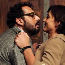 Stai lontana da me: Ambra Angiolini con Enrico Brignano in una scena della commedia