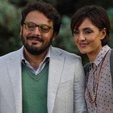 Stai lontana da me: Ambra Angiolini sorridente insieme ad Enrico Brignano in una scena della commedia