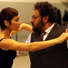 Stai lontana da me: Enrico Brignano a lezione di danza in una scena della commedia