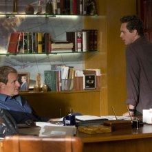 The Newsroom: Thomas Sadoski con Jeff Daniels in una scena della seconda stagione della serie tv ideata da Aaron Sorkin