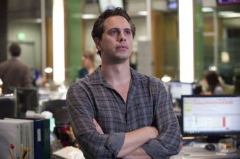 The Newsroom: Thomas Sadoski in una scena della prima stagione