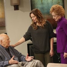 Due uomini e mezzo: Carl Reiner, Amber Tamblyn ed Holland Taylor nell'episodio I Think I Banged Lucille Ball
