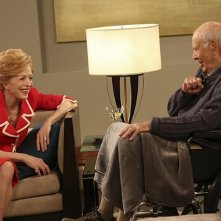 Due uomini e mezzo: Carl Reiner ed Holland Taylor nell'episodio I Think I Banged Lucille Ball