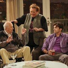 Due uomini e mezzo: Conchata Ferrell, Ashton Kutcher e Carl Reiner nell'episodio I Think I Banged Lucille Ball