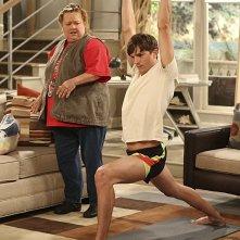 Due uomini e mezzo: Conchata Ferrell ed Ashton Kutcher nell'episodio I Think I Banged Lucille Ball