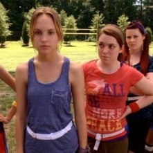 Meaghan Jette Martin e le anti-barbie in una scena di Mean Girls 2