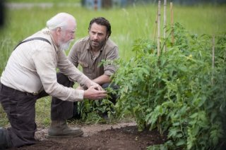 The Walking Dead: Andrew Lincoln e Scott Wilson nell'episodio 30 Days Without an Accident
