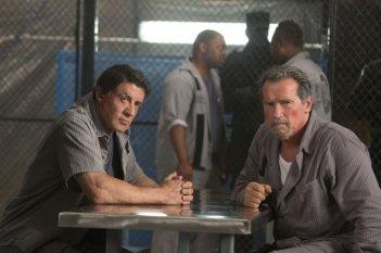 Escape Plan - Fuga dall'inferno: Arnold Schwarzenegger insieme a Sylvester Stallone in una scena