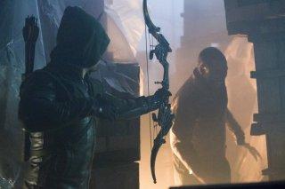 Arrow: Michael Jai White e Stephen Amell in una scena dell'episodio Identity