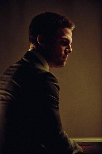 Arrow: Stephen Amell in una scena dell'episodio City of Heroes, premiere della stagione 2