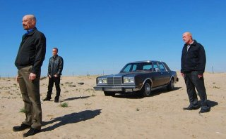 Breaking Bad: Aaron Paul, Jonathan Banks e Bryan Cranston in una scena dell'episodio Say My Name