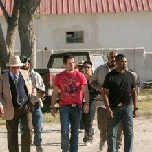 Cani sciolti: Denzel Washington con Mark Wahlberg e Edward James Olmos in una scena del film action