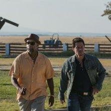 Cani sciolti: Denzel Washington con Mark Wahlberg in una scena del film action