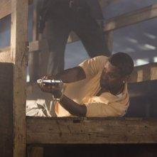 Cani sciolti: Denzel Washington in azione in una scena del film