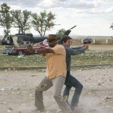 Cani sciolti: Denzel Washington in coppia con Mark Wahlberg in una scena del film action