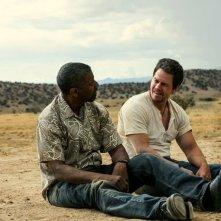Cani sciolti: Denzel Washington insieme a Mark Wahlberg in una scena