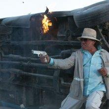 Cani sciolti: Edward James Olmos in una scena del film action