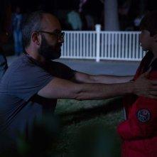 Dark Skies - Oscure presenze: il regista Scott Stewart con Kadan Rockett sul set del film prova una scena