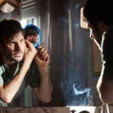Dark Skies - Oscure presenze: Josh Hamilton allo specchio in una scena del film