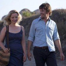Ethan Hawke e Julie Delpy passeggiano in una romantica scena di Before Midnight