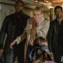 Hostages: Toni Collette, Dylan McDermott e Billy Brown in una dell'episodio Invisible Leash