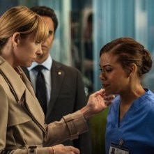Hostages: Toni Collette e Toni Trucks in una dell'episodio Invisible Leash