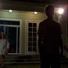 Josh Hamilton con Keri Russell in una scena notturna di Dark Skies - Oscure presenze