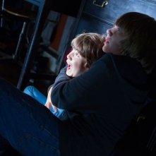 Kadan Rockett e Dakota Goyo terrorizzati in una scena di Dark Skies - Oscure presenze