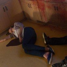 Keri Russell in una pozza di sangue nel film Dark Skies - Oscure presenze