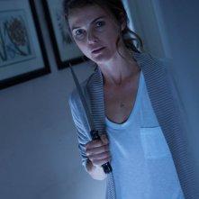 Keri Russell prova a difendersi dal male in una scena dell'horror Dark Skies - Oscure presenze