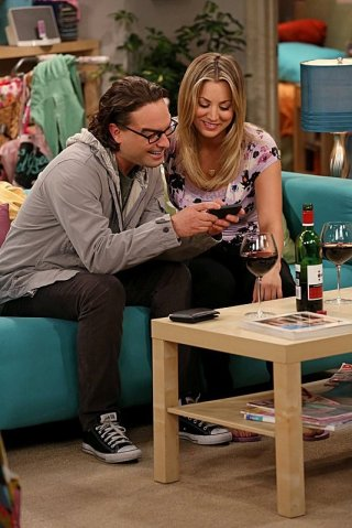 The Big Bang Theory: Kaley Cuoco e Johnny Galecki nell'episodio The Deception Verification