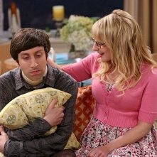 The Big Bang Theory: Simon Helberg e Melissa Rauch nell'episodio The Deception Verification