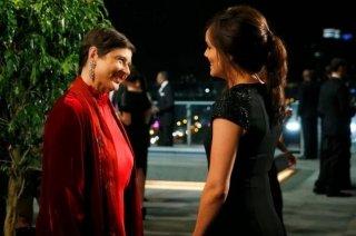 The Blacklist: Megan Boone ed Isabella Rossellini nell'episodio The Freelancer