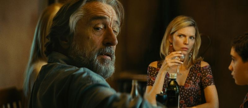 The Family: Robert De Niro e Michelle Pfeiffer in un momento del film