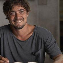 Una piccola impresa meridionale: il sorriso ammaliante di Riccardo Scamarcio in una scena
