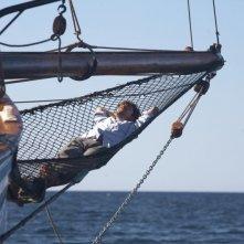 Una piccola impresa meridionale: Riccardo Scamarcio si rilassa in barca in una scena del film