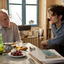 Un castello in Italia: André Wilms e Louis Garrel in un momento del film