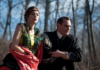 The Immigrant: Marion Cotillard e Joaquin Phoenix appaiono turbati in una scena del film