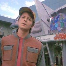 Ritorno al futuro Parte II: Michael J. Fox in una scena