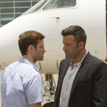 Runner Runner: Ben Affleck parla con Justin Timberlake in una scena del thriller
