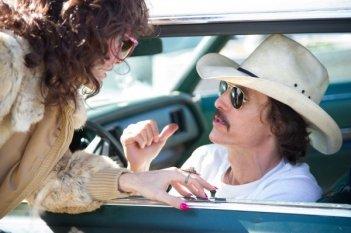 Dallas Buyers Club: Jared Leto e Matthew McConaughey dialogano in una scena del film