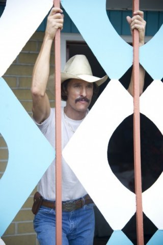 The Dallas Buyers Club: Matthew McConaughey di fronte a una vetrata