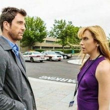 Hostages: Toni Collette e Dylan McDermott in una scena dell'episodio Power of Persuasion