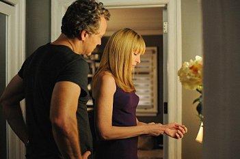 Hostages: Toni Collette e Tate Donovan in una scena dell'episodio Power of Persuasion