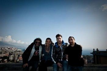 Song'e Napule: i Manetti Bros. con Alessandro Roja e Serena Rossi in una foto promozionale