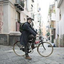 Song'e Napule: il protagonista Alessandro Roja in una scena