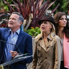 The Crazy Ones: Amanda Setton, Sarah Michelle Gellar, Robin Williams ed Hamish Linklater nell'episodio The Spectacular