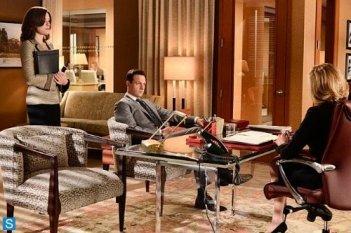 The Good Wife: Julianna Margulies, Josh Charles e Christine Baranski in una scena dell'episodio A Precious Commodity