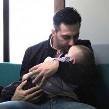 I corpi estranei: Filippo Timi in una tenera scena del film