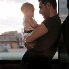 I corpi estranei: Filippo Timi in una tenera scena del film con il piccolo Pietro